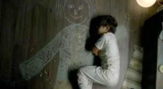 Niño iraquí dibuja a su madre en el suelo para volver a sentirse abrazado por ella.