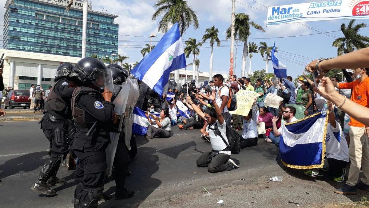 policías reprimen a manifestantes en Nicaragua