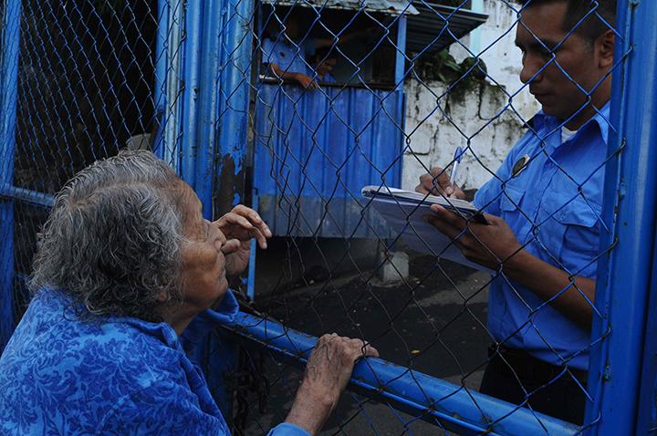 Anciana de 96 años a la puerta de la cárcel esperando saber de su nieto preso